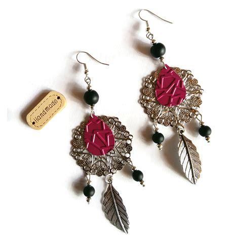 Longues boucles d'oreilles en dentelle d'aluminium rose fuchsia. Esprit baroque pour un résultat glamour et féminin