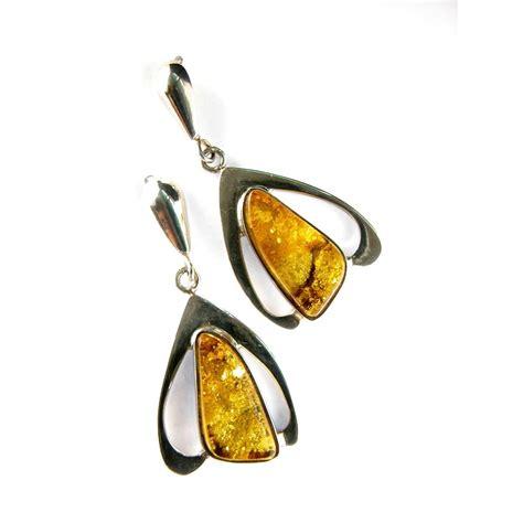 femme de profil avec boucle d'oreille ronde et courte.