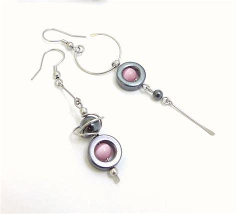 profil de femme portant petite boucles d'oreille en forme de goutte tombante.