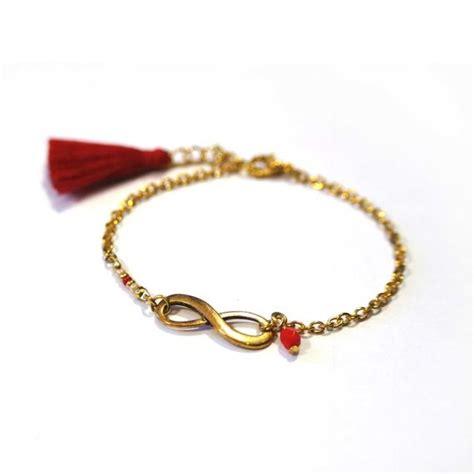 vue du dessus bracelet avec gouttes plates, chaîne et fermoir.