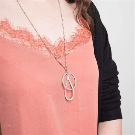 vue de face d'un collier formé par trois cercles sur chaîne.